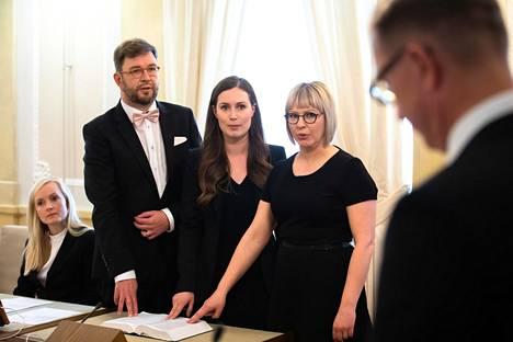 Aino-Kaisa Pekonen antamassa virkavakuutusta kesäkuussa 2019 yhdessä nykyisen liikenne- ja viestintäministerin Timo Harakan ja nykyisen pääministerin Sanna Marinin kanssa.