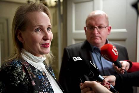 Teknologiateollisuuden työmarkkinajohtaja Minna Helle (vas.) ja Teollisuusliiton puheenjohtaja Riku Aalto kommentoivat neuvottelutilannetta joulukuussa.