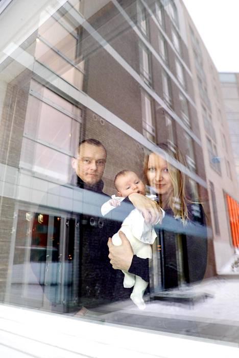 Henry Tossava sekä Elen ja Linda Paddar tekivät uuden kotinsa muuttotarkastuksen helmikuussa 2017.