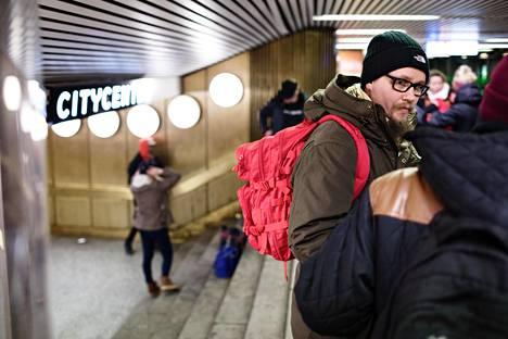 """""""Meillä on Suomessa kovien huumeiden pitkäaikaiskäyttäjiä ja sitten paljon nuoria, jotka saattavat ainoastaan kokeilla huumeita"""", kertoo etsivää päihdetyötä Helsingin kaduilla tekevä Robert Koski."""