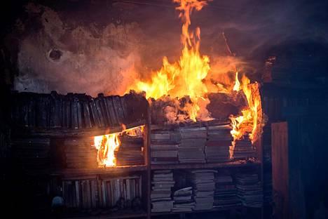 Kirjat palavat hyllyssä Neos Voutzasin kylässä, lähellä Ateenaa, 25. heinäkuuta. Suuret maastopalot ovat riehuneet Ateenan seuduilla alkuviikolla.