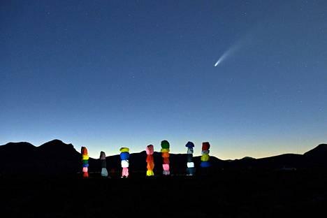 Komeetta NEOWISE lentää taivaalla Seven Magic Mountains -installaation yllä. Installaatio sijaitsee Las Vegasissa.