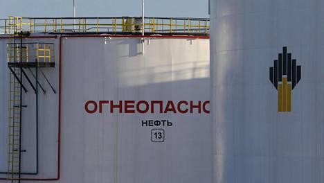 Öljysäiliöitä Rosneftin omistamalla Samotlorin öljykentällä Nižnevartovskissa läntisessä Siperiassa tammikuun lopulla. Säiliössä lukee syttyvää.