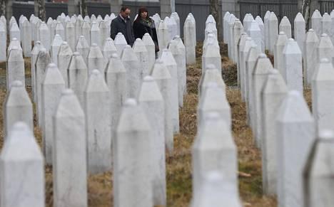 Entinen Hollannin YK-pataljoonan rauhanturvaaja Boudewijn Kok vierailee torstaina sisällissodan uhrien hautapaikalla Potocarissa Srebrenican lähistöllä Bosniassa.