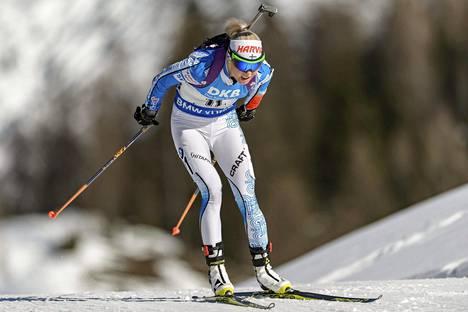 Mari Laukkanen vauhdissa normaalimatkan killpailussa keskiviikkona Hochfilzenissä.