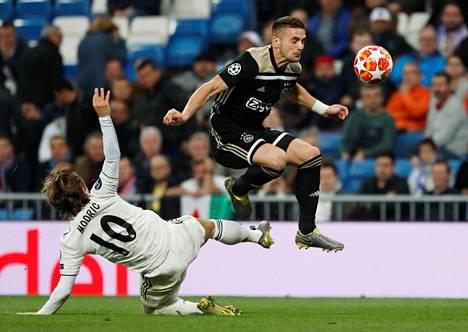 Dusan Tadic (oik.) teki tiistaina Ajaxin kolmannen maalin.