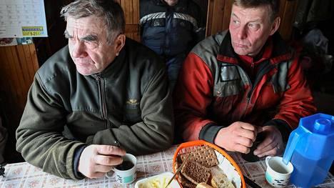 Tynnyrisavotassa on kahvitauko. Kuvassa Kari Merenluoto (vas), Heikki Nikkinen ja Pekka Merenluoto. Kuva helmikuulta 2017.