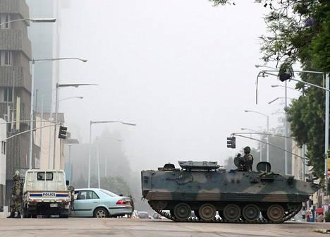 """Asevoimat ei kutsunut keskiviikkoaamun tapahtumia vallankaappaukseksi, vaan """"verettömäksi vallanvaihdoksi"""". Sotilaat partioivat Hararen kaduilla keskiviikkona."""