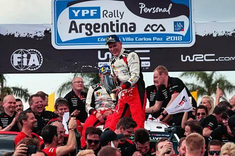 Toyotan talliväki juhli Ott Tänakin ja kartanlukija Martin Järveojan voittoa Argentiinan MM-rallissa huhtikuun lopulla.