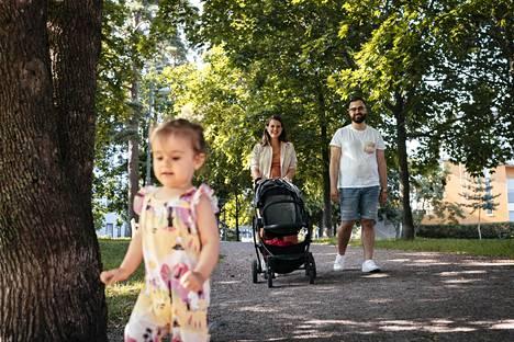 Helsingin Aurinkolahdessa asuvasta Sara Dedollin ja Ferhat Yasan perheestä suurin osa Dedollin ystävistä on suomenkielisiä. Ferhat Yasan lähipiirissä on paljon turkkilais- ja vietnamislaistaustaisia ystäviä. Ela Nora Yasa nauttii matkasta kohti uimarantaa.