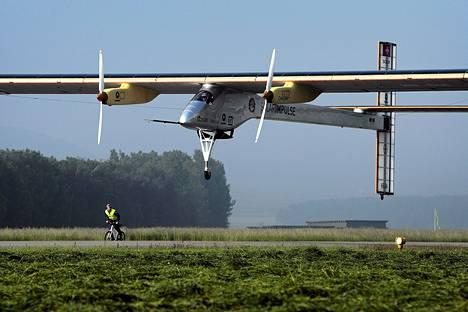 Solar Impulse -lentokone lähti matkaan torstaina Sveitsistä.