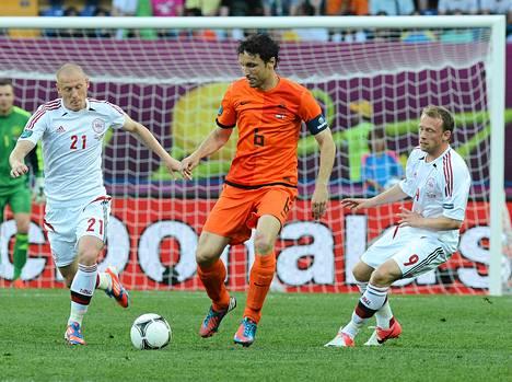 Hollannin kapteeni Mark van Bommel joutui poistumaan joukkueensa kanssa tappio niskassaan. Tanskan Michael Krohn-Dehli (oikealla) teki ottelun ainoan maalin. Niki Zimling (vasemmalla) ahersi keskikentällä koko ottelun.