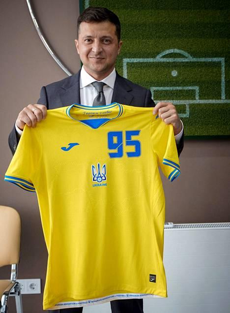 Ukrainan presidentti Volodymyr Zelenskiy esitteli maajoukkueen pelipaitaa.