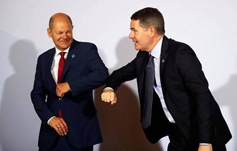 Paschal Donohoe (oik.) tervehti Saksan valtiovarainministeriä Olaf Scholzia EU:n valtiovarainministerien kokouksessa syyskuussa.