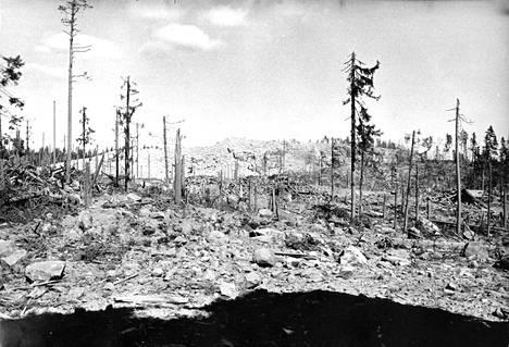 Taustalla näkyy Terrikallio räjähdyksen jälkeen.