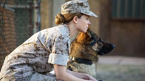 Megan Leavey (Kate Mara) ja Rex olivat työpari ja ystäviä.