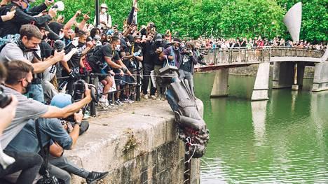 Mielenosoittajat heittivät orjakauppias Edward Colstonin patsaan Avon-jokeen Bristolissa sunnuntaina.