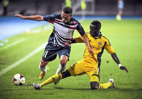 HJK:n Demba Savage (oik.) uurasti koko ottelun hyökkäyspäässä, mutta maalit jäivät Makedoniassa uupumaan.