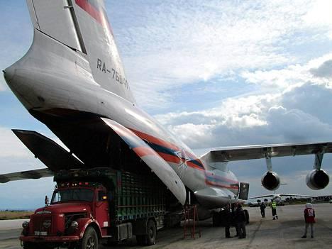Venäläinen lentokone tuomassa humanitaarista apua Syyrian Latakiaan.