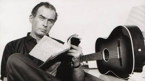 Tapio Rautavaara levytti lähes 350 kappaletta ja kirjoitti monta unohtumatonta sävelmää, kuten Isoisän olkihattu, Sininen uni ja Hämä hämä häkki.
