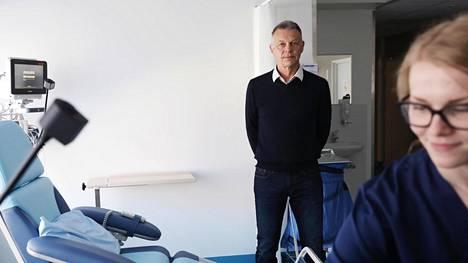 Sydänsairaalan vastaanotto on Helsingin Jätkäsaaressa. Kuvassa toimitusjohtaja ja johtava ylilääkäri Kari Niemelä, oikealla sairaanhoitaja Tiia Suonpää.