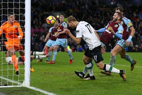 Ragnar Klavan puski Liverpoolin toisen maalin lisäajalla.