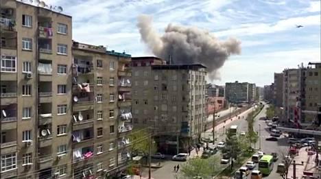 Räjähdys synnytti sankan pilven harmaata savua talojen ylle Diyarbakirissa tiistaina.