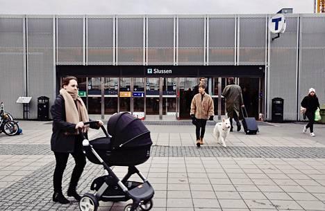 Slussen on yksi Tukholman liikenteen vilkkaimmista solmukohdista. Keskiviikkoiltapäivänä ihmisiä kulki metron sisäänkäynneistä lähes normaaliin tahtiin.