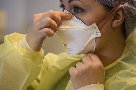 Maski estää viruksia kuljettavien hiukkasten kulkua. Kuva Vantaalla sijaitsevalta klinikalta 26. maaliskuuta 2020.