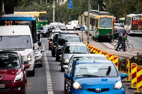 Mannerheimintien liikenne on aivan tukossa muun muassa Reijolankadun kiskotyömaan takia.