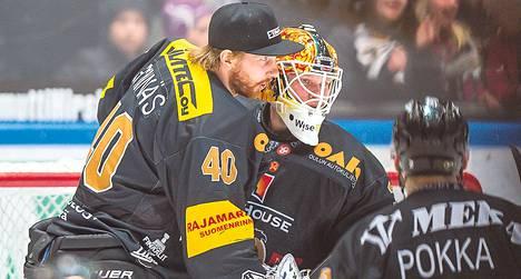 Lepovuorossa ollut Kärppien maalivahti Jussi Rynnäs onnittelee hyvän ottelun pelannutta Tomi Karhusta.