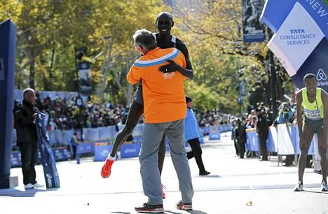Wilson Kipsang sai kannattajalta halauksen heti voitetun maratonin jälkeen.