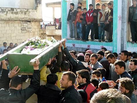 Hallitusta vastustavat mielenosoittajat kantoivat Abdul Haleem Baqourin arkkua Hulassa Syyriassa lauantaina.