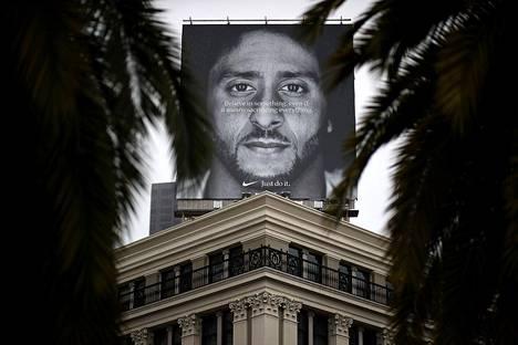 Colin Kaepernickin kasvoja kantava mainosjuliste Niken liikkeen katolla San Franciscossa.