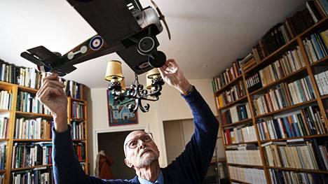 Emerituspiispa Juha Pihkala kiinnostui lentokoneista jo lapsuuden Härmälässä, kun isä oli ilmavoimien insinööriupseeri. Työhuoneen katossa riippuvan hävittäjän Pihkala on itse koonnut.