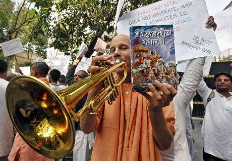 Hare Krishna -liikkeen jäsen osoittaa mieltään Venäjän konsulaatin edustalla Kolkatassa.