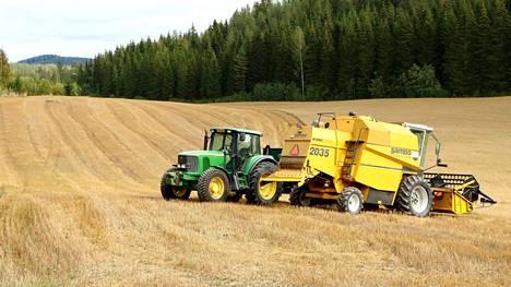 Viljan puintia syyskuun alussa Keski-Suomessa.