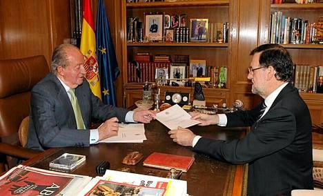 Kuningas Juan Carlos luovutti kruunustaluopumiskirjeen Espanjan pääministerille Mariano Rajoylle maanantaina