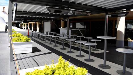 Ravintolan terassi oli tyhjä Lasipalatsinaukiolla Helsingissä tällä viikolla.