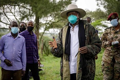 Ugandan istuva presidentti Yoweri Museveni näytti musteeseen tahriutunutta peukaloaan sen jälkeen, kun oli jättänyt äänestyslipukkeensa torstain vaaleissa. Kuva on otettu Kiruhurassa.