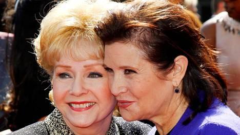 Debbie Reynolds ja Carrie Fisher esiintyivät useasti yhdessä. Tässä he ovat Emmy-palkintogaalassa Los Angelesissa syyskuussa 2011.