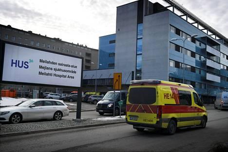 Ambulanssi ajoi Husin Meilahden sairaala-alueen kyltin ohi Helsingissä 3. maaliskuuta 2021.