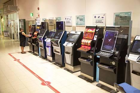 Rahapeliautomaatteja Malmin Novassa Helsingissä.