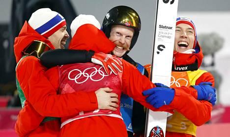Robert Johansson hyppäsi kisan viimeisen hypyn ja pääsi juhlimaan voittoa joukkuetovereidensa kanssa.