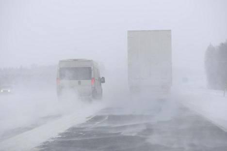 Lumimyräkkä ja tuuli kiusasivat autoilijoita kolmostiellä Tampereen ja Helsingin välillä torstaina.
