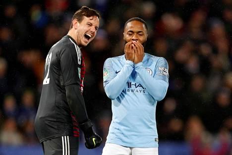 Leicesterin maalivahti Danny Ward riemuitsi Raheem Sterlingin epäonnistumisesta.