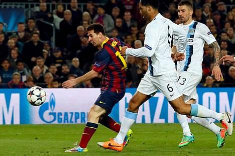 Lionel Messi onnistui maalinteossa Cityn puolustajien estelyistä huolimatta.