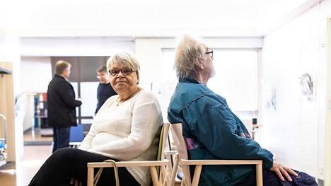 Ritva Ihamäki ja Joel Juutilainen odottivat pääsyä lääkärin puheille Turengin terveysasemalla Janakkalassa maanantaina.
