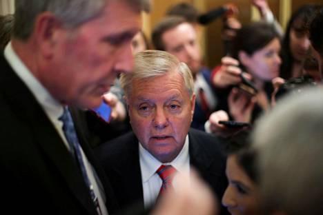 Senaattori Lindsey Graham (kesk.) poistumassa republikaaniedustajien viikottaisesta kokouksesta Washingtonissa 14. tammikuuta.