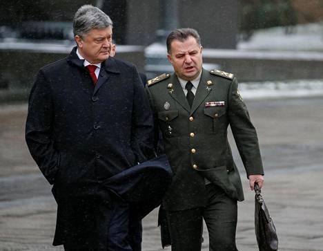 Ukrainan presidentti Petro Porošenko (vas.) puolustusministeri Stepan Poltorakin kanssa maan pääkaupungissa Kiovassa joulukuun alkupuolella. Verkkohyökkäyksiä on kohdistunut muun muassa puolustusministeriön palvelimiin.